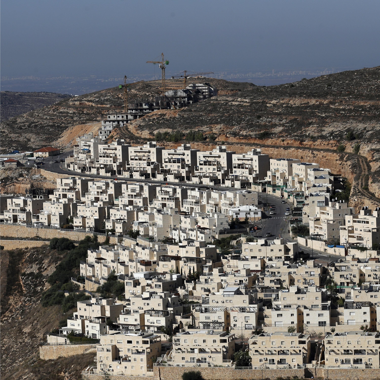 Met de mededeling dat de Israëlische nederzettingen op de Westelijke Jordaanoever en in Gaza 'niet noodzakelijk strijdig zijn' met het internationaal recht, begeeft de...